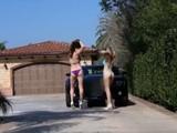 Cómo lavar tu coche con dos chicas a lo porno
