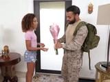 Militar vuelve de servicio para follar con su novia