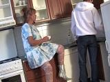Seduce a su hijo en la cocina de buena mañana, este no se escapa!