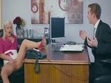 Esta secretaria no aprende, se pone a masturbarse en el trabajo