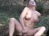 Le gusta irse de paseo al bosque para masturbarse al aire libre