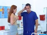 Le enseña las tetas al doctor y este no se puede resistir a esas tetas