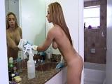Graba a su mujer como limpia toda la casa completamente desnuda