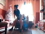 Menudo tute que le dan al sofá grabando este vídeo de porno casero
