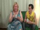 Abuelita viciosa le mama el rabo a su nieto