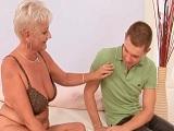 La abuela le hace a su nieto pasar una tarde de sexo tremenda - Abuelas