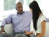 La morena se pone a tontear con el amigo negro de su marido.. - Interracial