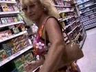 Ligandose a una madura en el supermercado
