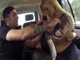 Me deja que le toque las tetas y me la follo dentro del coche