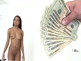 Ofrezco dinero a la chacha por tener sexo conmigo y acepta..