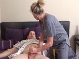 La enfermera alivia al paciente con una mamada y un buen polvo..