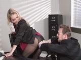 No se puede quejar el jefe de la secretaria tan zorra que tiene..