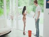 Tiene que limpiar la señora así desnuda los cristales?