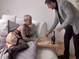 Madura con tatuajes espera a su amante casado vestida de zorra