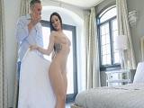 La golfa Kissa Sins, se queda desnuda delante de su cuñado.. - Milf