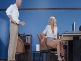 El jefe ha pillado a su empleada muy cachonda, se aprovecha..