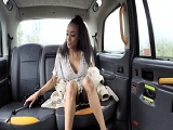 La mulata vuelve en taxi de fiesta y no ha pillado cacho..
