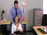 El jefe empieza con un masaje y termina con un anal..