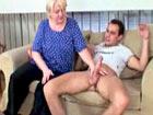 Abuela cachonda se folla al novio de su nieta