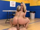 Dos maduras se follan al profe de gimnasia