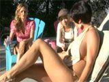 Madura seduce a una joven en la piscina - Varios