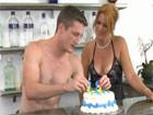Le desea feliz cumpleaños a la madura del bar