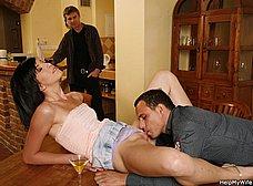 Cornudo voyeur mirando a su esposa con otro