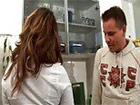 El novio de su hija le mete mano en la cocina