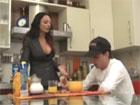 Madura sexy prepara el desayuno a su hijo