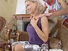 Masajeando el cuello de su suegra