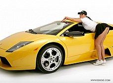 La chica del concesionario de coches de lujo