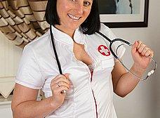 Madurita se pone en casa el traje de enfermera