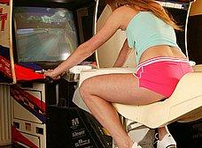 Masturbándose en el salón de juegos recreativos