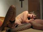 Vieja grabando porno con un crucifijo de fondo