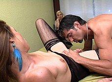 Esposa celosa mirando a su marido follar con otra