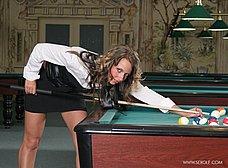 Masturbándose encima de la mesa de billar