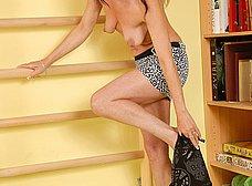 Madurita cuarentona haciendo gimnasia en casa
