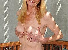 Madura cincuentona se desnuda del todo