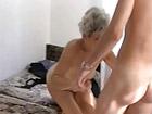 Pilla a la cerda de su abuela masturbandose