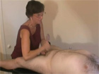 Masajista madura haciendo un buen pajote