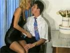 La jefa madura seduce al nuevo becario