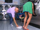 Cachonda madura ligando en la lavanderia
