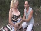 Abuela salida se folla a su amante en un bosque