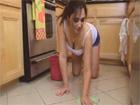Ama de casa madura se pone cachonda limpiando