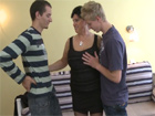 Dos veinteañeros se follan a la vecina madura