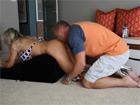 Follando a su esposa encima de un cojín