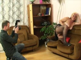 Le hace fotos eróticas a su suegra y acaba pegándole una follada